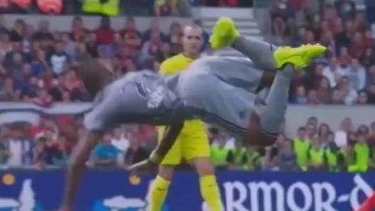 """Francês: zagueiro lembra Higuita e faz """"defesa de escorpião"""""""