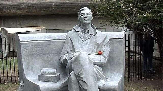 Argentina inaugura escultura en honor a Julio Cortázar