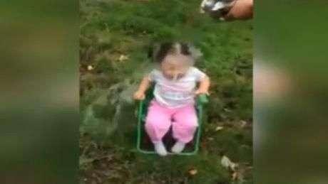 Niña de dos años sufre con Ice Bucket Challenge