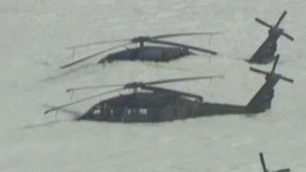 Helicópteros ficam cobertos por espuma em teste de incêndio
