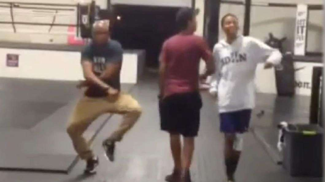 """UFC: Anderson Silva faz """"dancinha estranha"""" em sua academia"""
