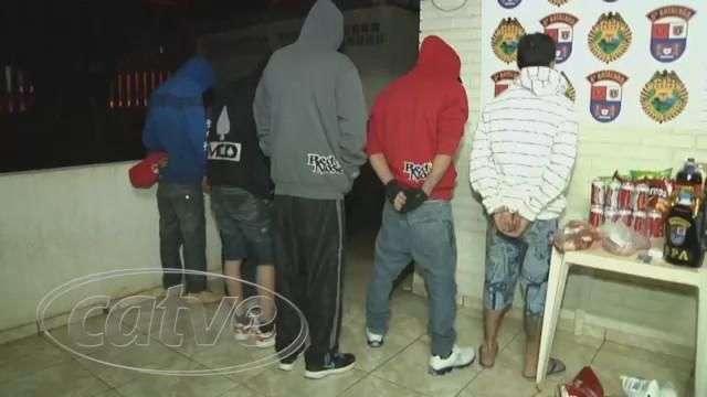 Jovens compram mercadorias em supermercado com cheque roubado