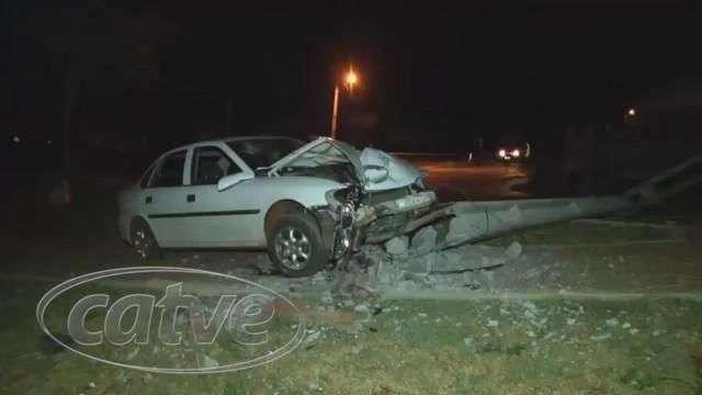 Vectra bate em poste e ocupantes abandonam o veículo no Cascavel Velho
