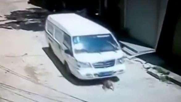 Video de bebé atropellado por furgón tiene increíble final