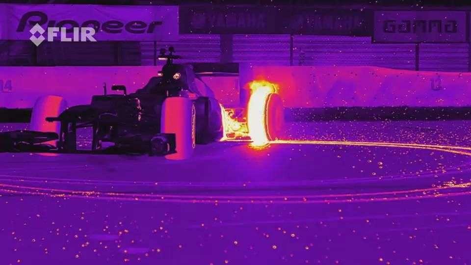 Video: Red Bull Racing RB8 realiza Donuts con luz infrarroja