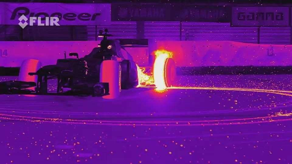 Video: Red Bull Racing RB8 realiza Donuts con luz infrarroja