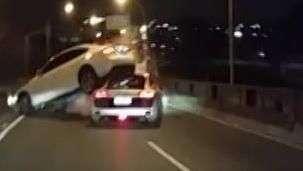 Acidente envolve dois carros de luxo no PR