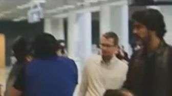 Namorado de Xuxa bate papo com Sérgio Mallandro em aeroporto