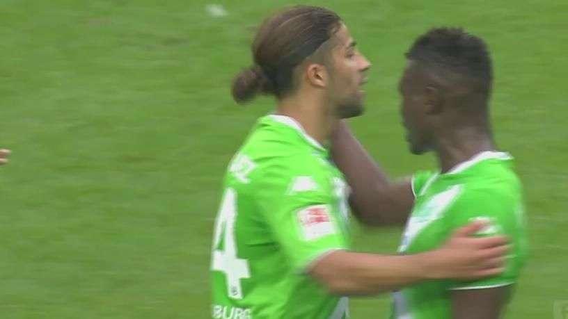 Atacante do Wolfsburg perde gol incrível e briga com colega
