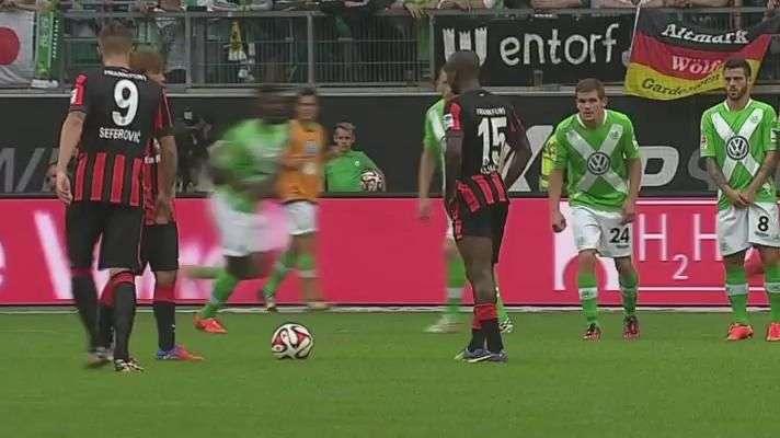 Eintracht Frankfurt faz lambança em jogada nada ensaiada