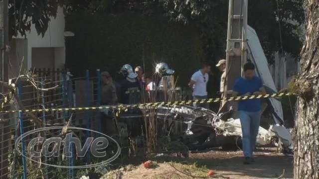 Avião cai em Curitiba e mata duas pessoas