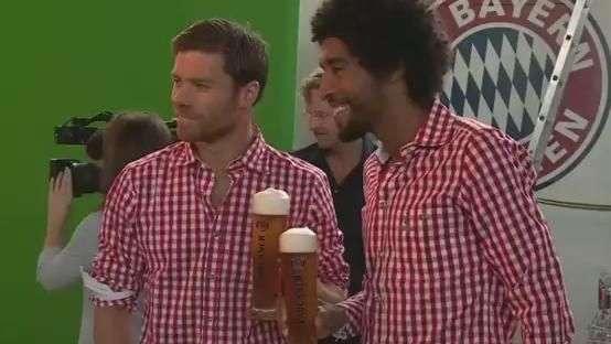 Fantasiados, jogadores do Bayern fazem comercial de cerveja