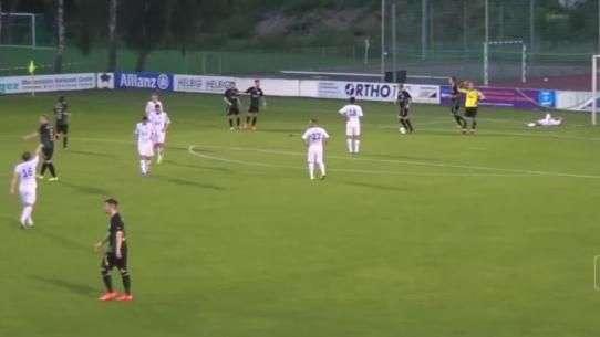 Zagueiro tenta cortar, fura bola e faz gol contra bizarro