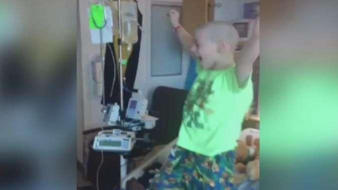 Após 23 dias de quimioterapia, menino festeja ida para casa
