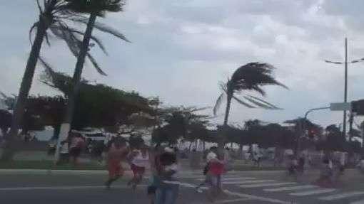 Morador registra correria durante ventania em Santos