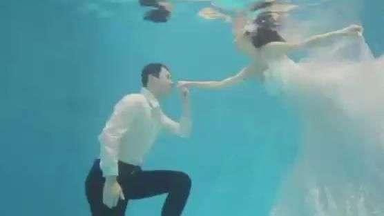 Noivos tiram fotos embaixo d'água na China