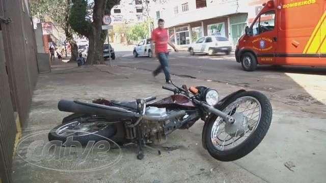 Corolla atinge motociclista na rua Rio Grande do Sul