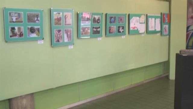 Adolescentes do CREAS II expõem obras na Biblioteca