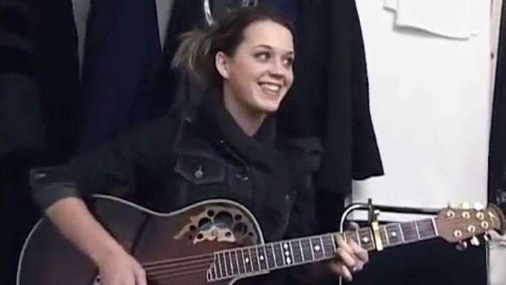 Katy Perry luce irreconocible en video de su primera gira