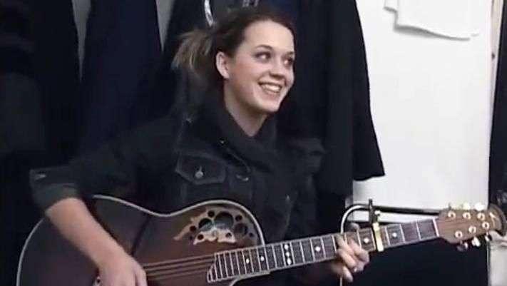 Katy Perry luce irreconocible en video de su primera gira