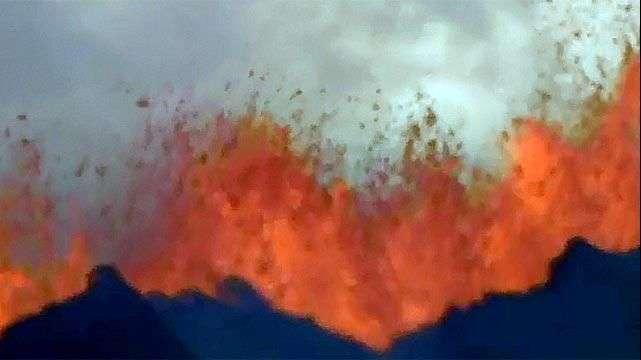 La erupción de un volcán con chorros de lava de 50 metros