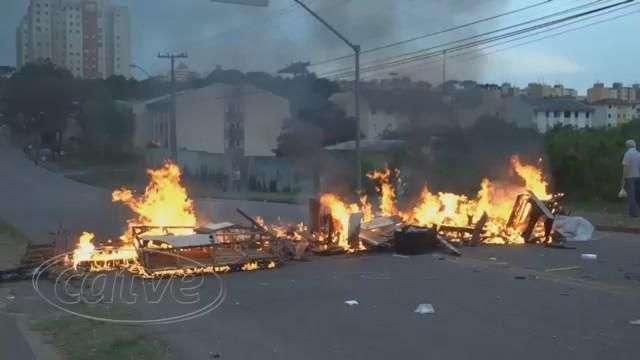 Moradores que aguardam liberação de casas fecham rua para protestar