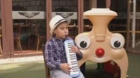 Menino cego boliviano de nove anos é prodígio do jazz
