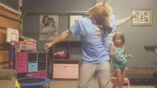 Pai e filha arrasam dançando ao som de Taylor Swift