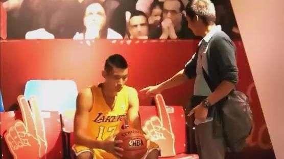 Rá ié ié! Astro dos Lakers assusta até mãe em museu de cera