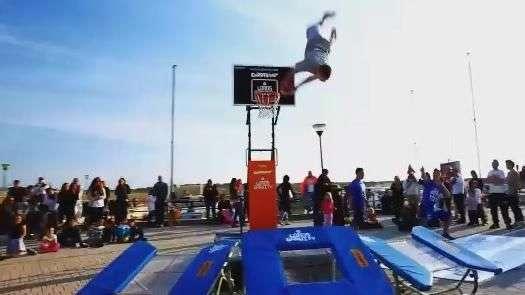 Jogadores de basquete fazem acrobacias impressionantes