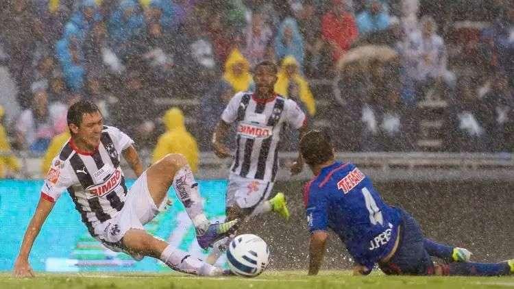 Rayados vs Chivas, suspendido por lluvia