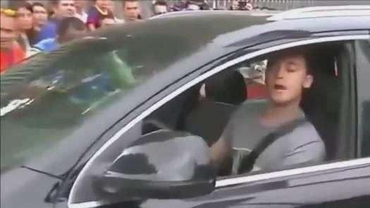 """""""Barbeiro"""", zagueiro do Barcelona dá vexame ao deixar treino"""