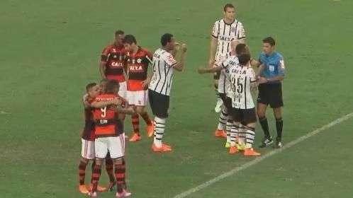 Com gol irregular, Flamengo vence Corinthians; veja lances