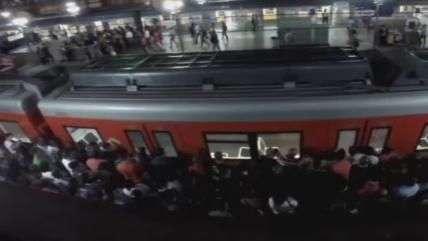 Câmera registra sufoco no horário de pico do Metrô