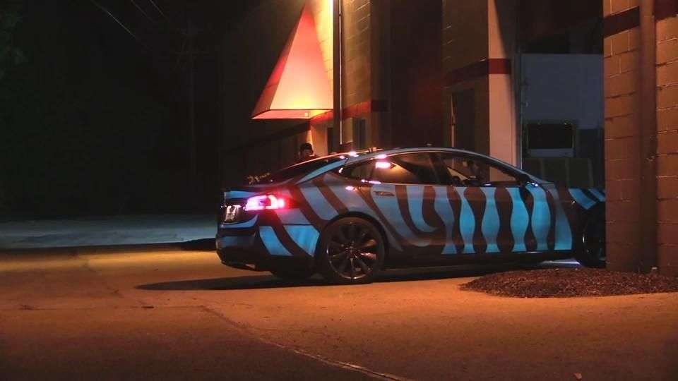 Video: Tesla Model S con pintura fosforescente