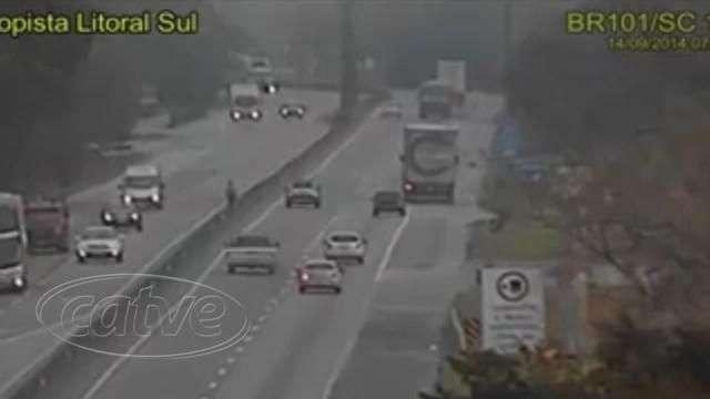 Câmeras de segurança flagram acidente na BR 101
