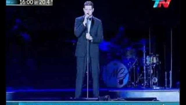 Michael Bublé dio un show bajo la lluvia