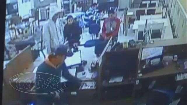 Câmeras de vigilância registram assalto a uma loja em Colombo