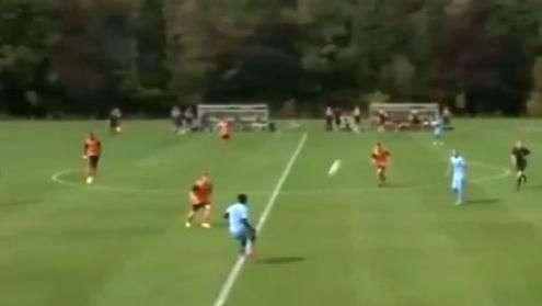 Promessa do City arranca do meio de campo e marca golaço