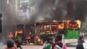 SP: Ônibus pega fogo durante reintegração de posse