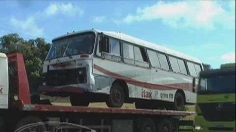 Ônibus com trabalhadores bate em caminhonete na BR 277