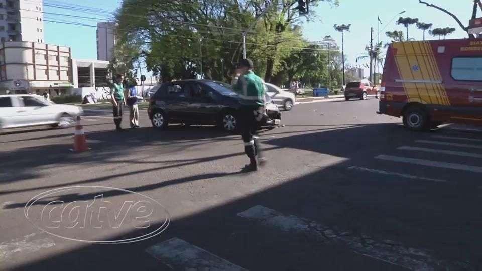 Peugeot fura sinal vermelho e atinge Uno