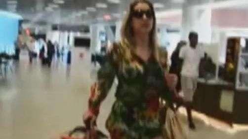 Joana Machado exibe boa forma em aeroporto do Rio de Janeiro