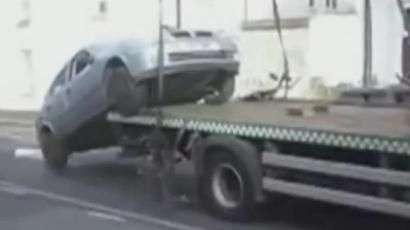 Motorista nervoso 'salta' de carro de reboque em Londres