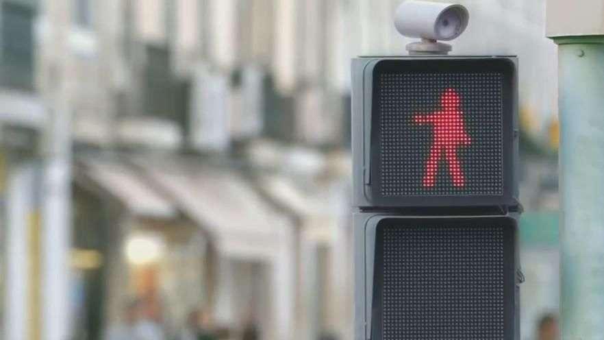 El semáforo que baila y reduce atropellos
