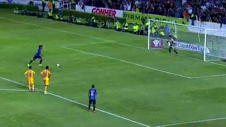 Ronaldinho falló un penal en su debut con el Querétaro