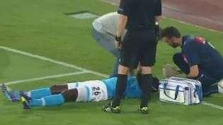Queixo duro! Jogador do Napoli leva forte joelhada no rosto
