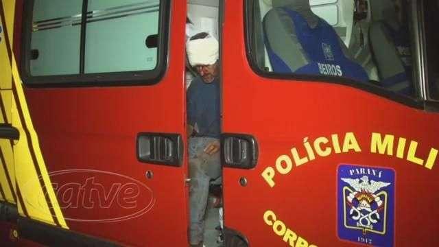 Após atingir caminhão e carreta carro capota na BR-163