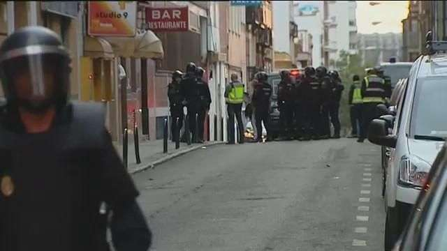 "La Policía desaloja la polémica casa ""okupada"" por ultras en Madrid"