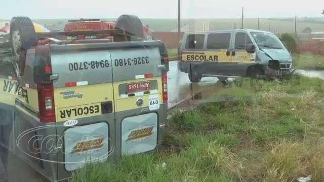 Duas vans que transportavam alunos batem e uma delas capota